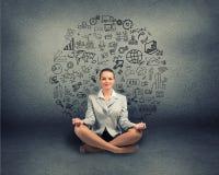 Bedrijfsvrouw die op vloer mediteren Royalty-vrije Stock Fotografie