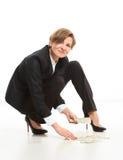 Bedrijfsvrouw die op Vloer omhoog Contant geld grijpen royalty-vrije stock fotografie