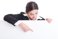 Bedrijfsvrouw die op wit leeg karton met exemplaarruimte richten Royalty-vrije Stock Afbeelding