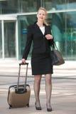 Bedrijfsvrouw die in openlucht met bagage lopen Royalty-vrije Stock Foto's