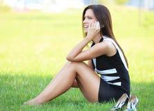 Bedrijfsvrouw die in openlucht op het gras zitten royalty-vrije stock afbeelding