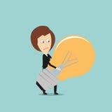 Bedrijfsvrouw die reusachtige idee gloeilamp dragen Stock Foto