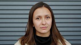 Bedrijfsvrouw die schuchter close-up glimlachen stock footage