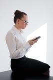 Bedrijfsvrouw die telefoon bekijken stock fotografie
