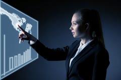 Bedrijfsvrouw die virtuele knoop over grijze achtergrond drukken Stock Foto's