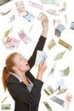Bedrijfsvrouw die vliegend Euro geld vangen stock afbeelding