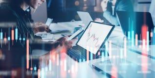 Bedrijfsvrouw die voorlaptop computer met financiële grafieken en statistieken van monitor zitten Dubbele blootstelling wijd stock fotografie