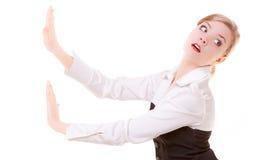 Bedrijfsvrouw die weg onzichtbare geïsoleerde hindernissen exemplaar-ruimte duwt Stock Afbeeldingen