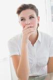 Bedrijfsvrouw die zeer vermoeid kijken Royalty-vrije Stock Fotografie