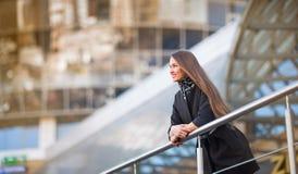 Bedrijfsvrouw die zich in de grote stad bevinden Royalty-vrije Stock Afbeelding