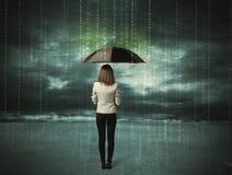 Bedrijfsvrouw die zich met het concept van de paraplugegevensbescherming bevinden stock foto
