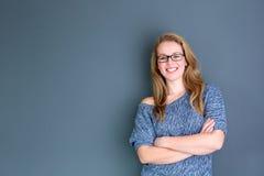 Bedrijfsvrouw die zich tegen grijze achtergrond bevinden Royalty-vrije Stock Fotografie