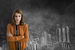 Bedrijfsvrouw die zich tegen grijze achtergrond met stadspictogrammen bevinden Royalty-vrije Stock Fotografie