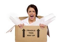 Bedrijfsvrouw in een kartondoos Stock Afbeelding