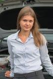Bedrijfsvrouw en een auto Stock Afbeelding