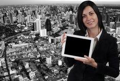 Bedrijfsvrouw en een tablet royalty-vrije stock foto's