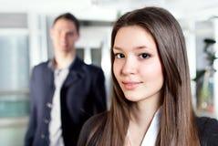 Bedrijfsvrouw en haar medewerker Stock Foto's