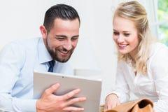 Bedrijfsvrouw en man in het werkvergadering Stock Foto