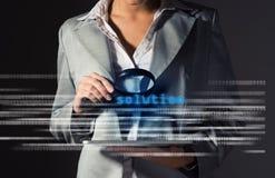 Bedrijfsvrouw gevonden oplossing in informatie Stock Foto