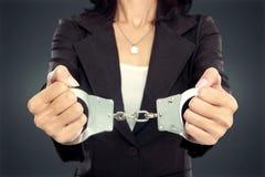 Bedrijfsvrouw in handcuffs stock afbeeldingen