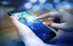 Bedrijfsvrouw handeleffectenbeurs door mobiele telefoon te gebruiken stock afbeelding