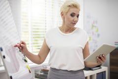 Bedrijfsvrouw in het bureau Stock Foto