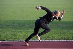 Bedrijfsvrouw klaar aan sprint stock foto