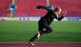Bedrijfsvrouw klaar aan sprint stock afbeeldingen