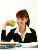 Bedrijfsvrouw met appel stock foto