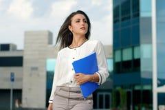 Bedrijfsvrouw met blauwe omslag in haar hand stock afbeelding