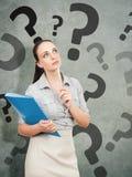 Bedrijfsvrouw met een blauwe omslag questionmark royalty-vrije stock afbeeldingen