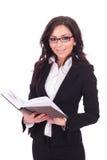 Bedrijfsvrouw met een boek Stock Fotografie