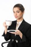 Bedrijfsvrouw met een kop van koffie stock fotografie