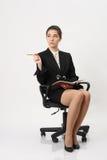 Bedrijfsvrouw met een notitieboekje en een potlood ter beschikking Stock Foto