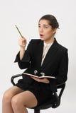 Bedrijfsvrouw met een notitieboekje en een potlood ter beschikking Royalty-vrije Stock Afbeelding