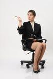 Bedrijfsvrouw met een notitieboekje en een potlood ter beschikking Royalty-vrije Stock Foto's