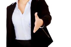 Bedrijfsvrouw met een open hand klaar voor handdruk stock fotografie