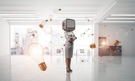 Bedrijfsvrouw met een oude TV in plaats van hoofd Stock Fotografie