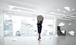 Bedrijfsvrouw met een oude TV in plaats van hoofd Stock Foto's