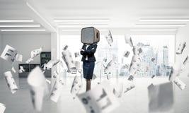 Bedrijfsvrouw met een oude TV in plaats van hoofd Stock Afbeeldingen