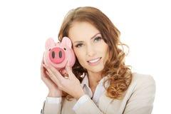 Bedrijfsvrouw met een piggybank Royalty-vrije Stock Afbeelding