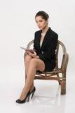 Bedrijfsvrouw met een tablet in handen Stock Afbeeldingen