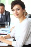 Bedrijfsvrouw met haar personeel, mensengroep op achtergrond royalty-vrije stock fotografie