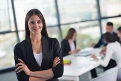 Bedrijfsvrouw met haar personeel op achtergrond op kantoor Stock Foto