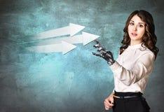 Bedrijfsvrouw met het punt van de robothand op pijlen het 3d teruggeven Stock Foto