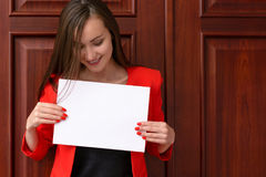 Bedrijfsvrouw met het witte stuk van document stock fotografie