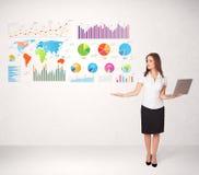 Bedrijfsvrouw met kleurrijke grafieken en grafieken Stock Foto's