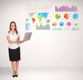 Bedrijfsvrouw met kleurrijke grafieken en grafieken Stock Afbeelding