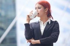 Bedrijfsvrouw met koffie royalty-vrije stock fotografie