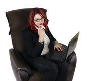 Bedrijfsvrouw met laptop en een pen Stock Fotografie